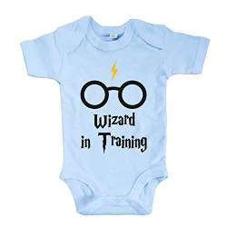 net-shirts Organic Baby Body mit Wizard in Training Aufdruck Spruch Motiv süß Cute Strampler aus Bio-Baumwolle Inspired by Harry Potter, Größe 6-12 Monate, hellblau von net-shirts